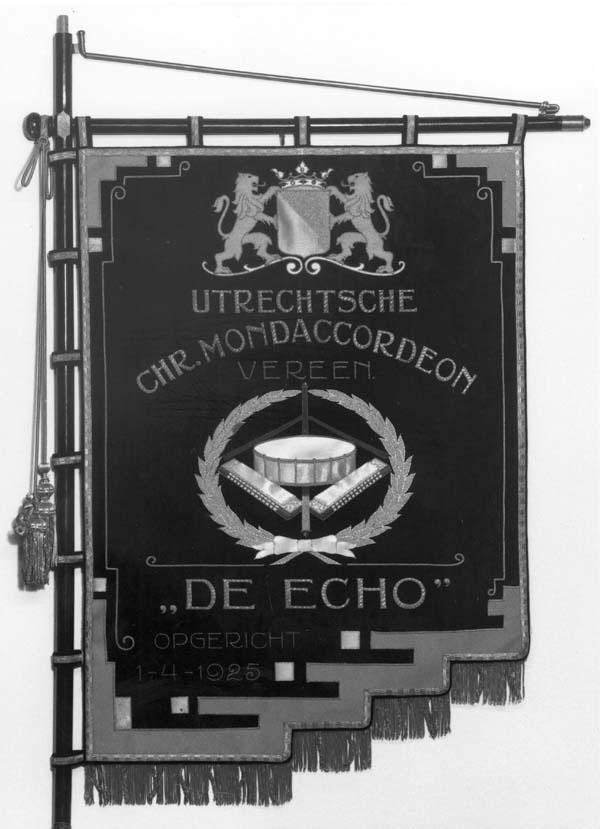 Vaandel van de Utrechtse Christelijke Mondaccordeon Vereniging De Echo
