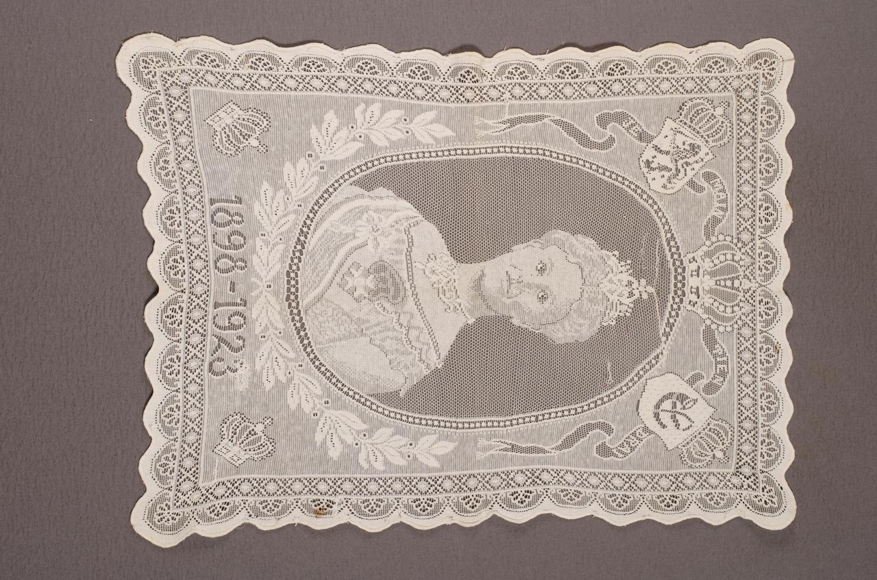 Kleedje met voorstelling van koningin Wilhelmina