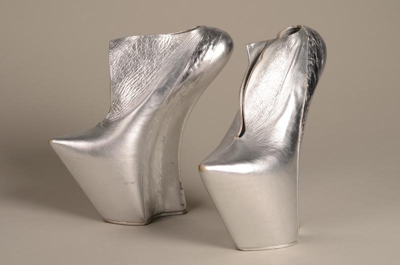 Schoenen uit de collectie Reflection behorende bij ensemble cape en hoed