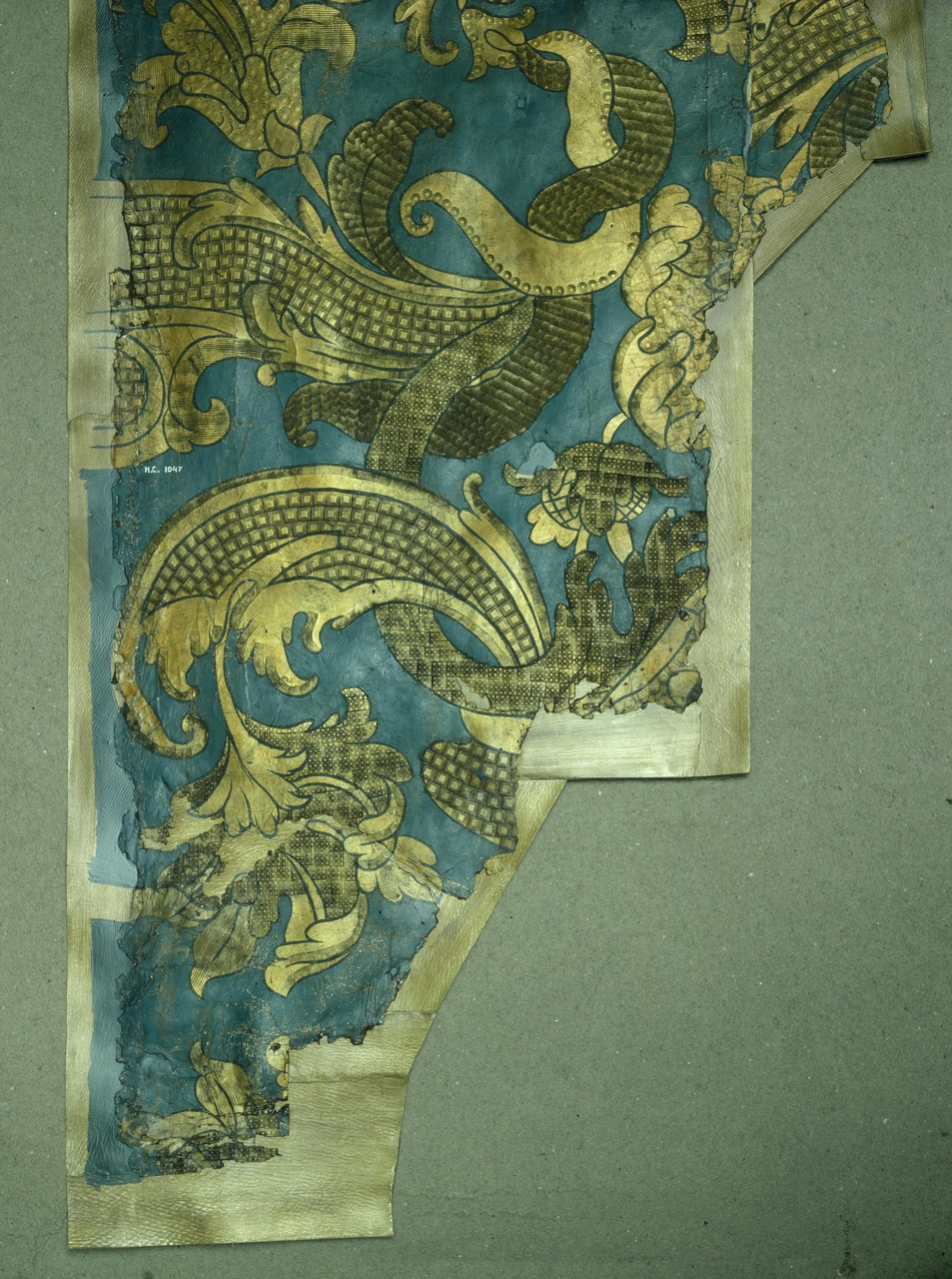 Fragment van goudleerbehangsel