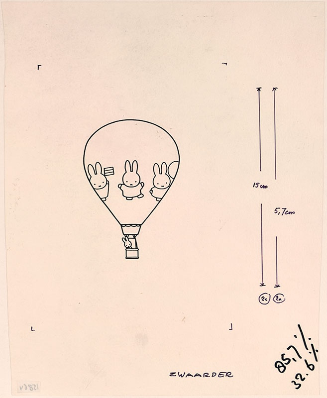 nijntje in een luchtballon met op de ballon nijntje met een vlieger, een bal en een vlaggetje afgebeeld