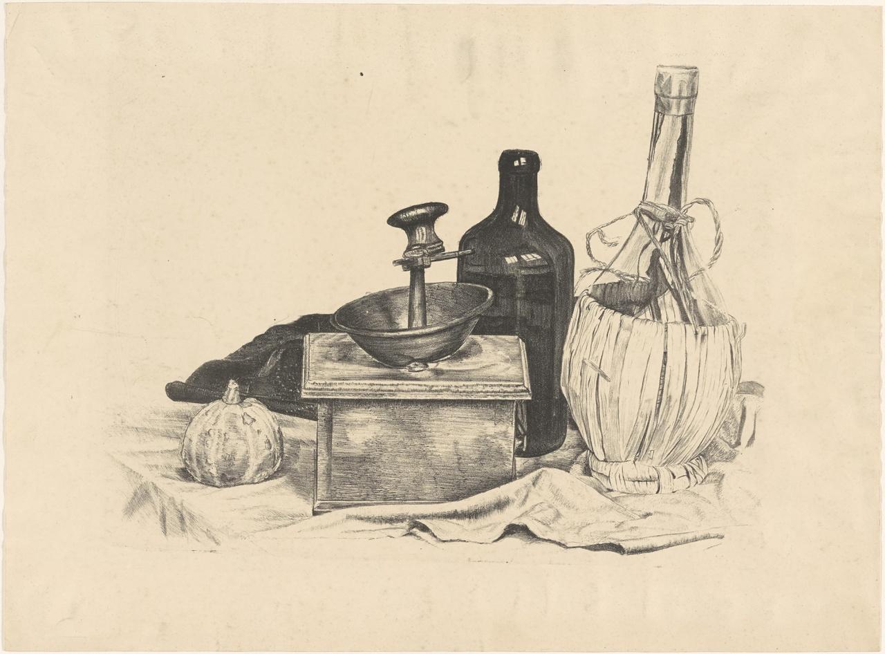 Stilleven met koffiemolen en lege wijnflessen