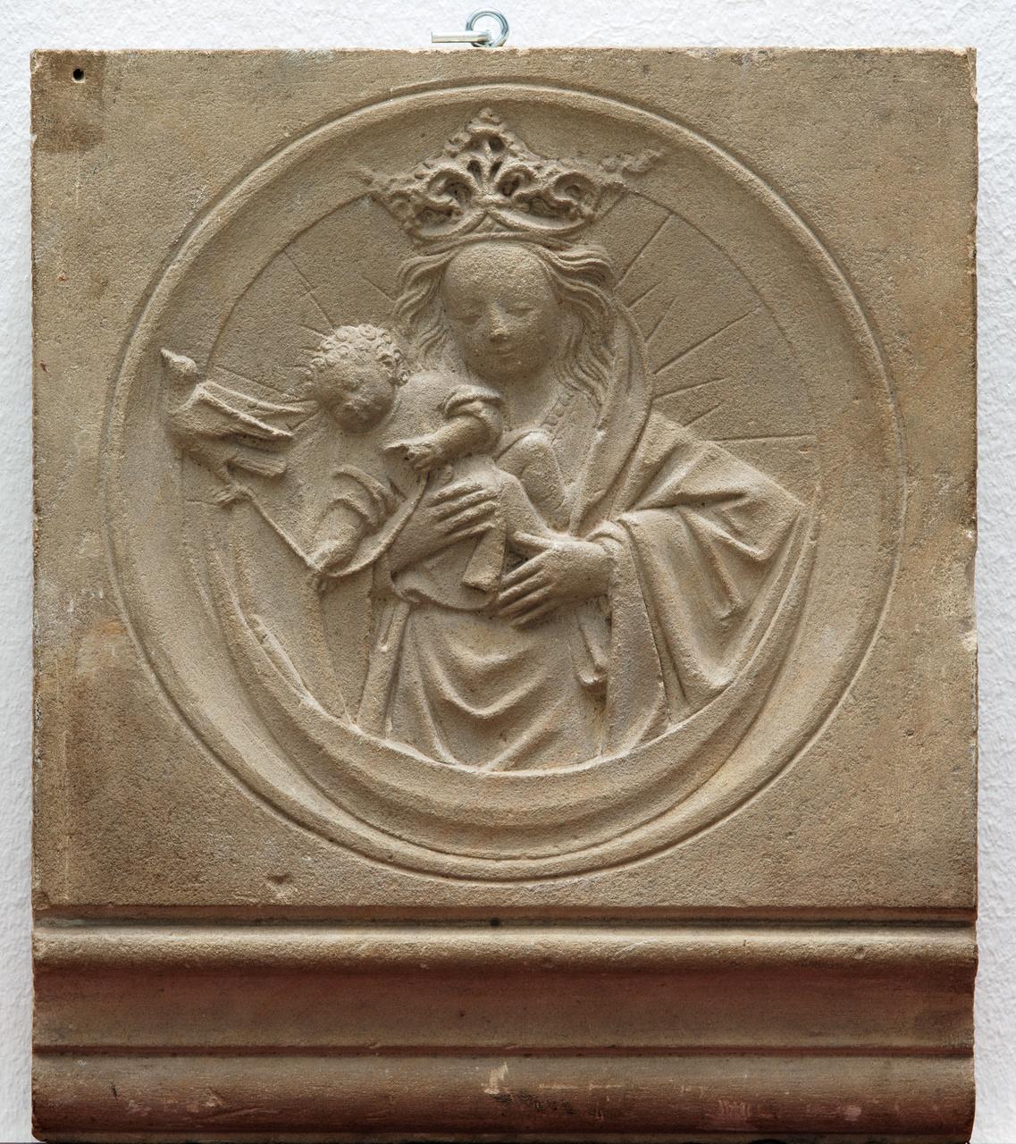 2/5 - Anoniem Utrechts, Fragment van een schoorsteenfries met voorstelling van Maria met Kind, dat speelt met een vogel, 1475-1500
