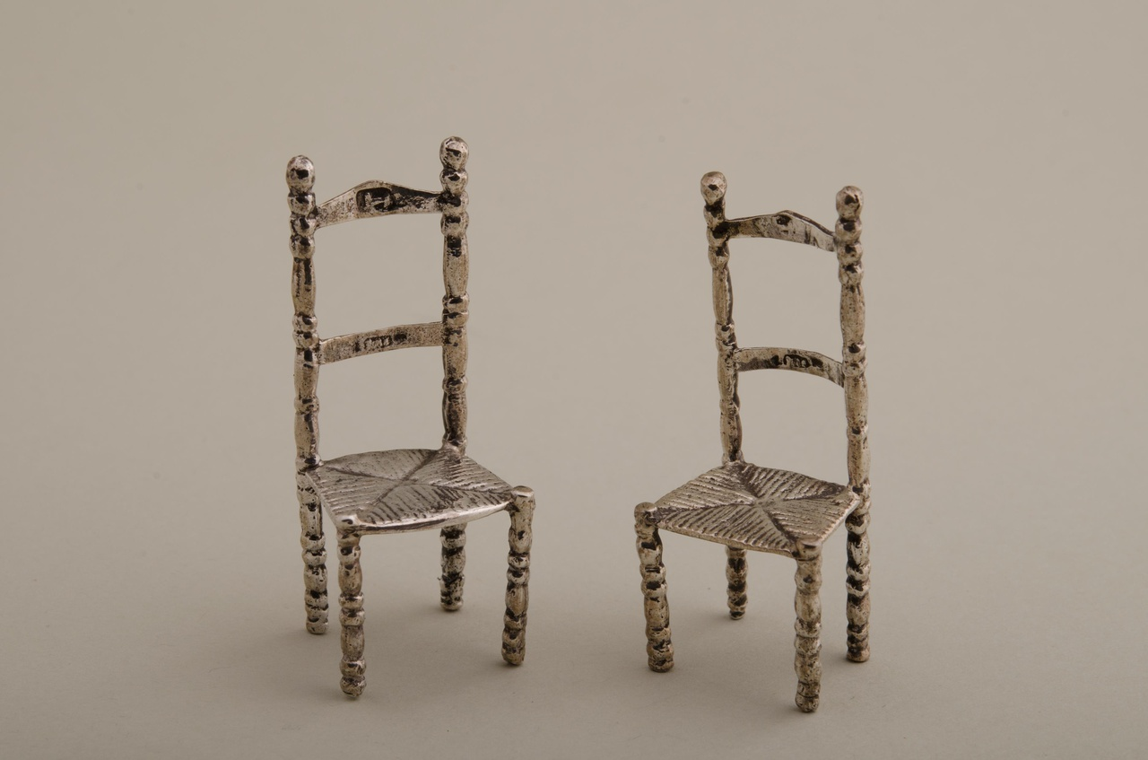 Twee stoelen (miniatuur)
