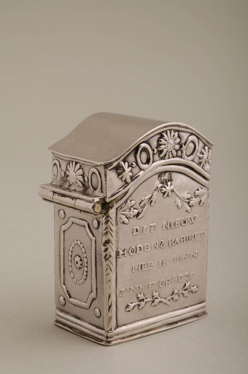 Loddereindoosje in de vorm van een kabinet (miniatuur)