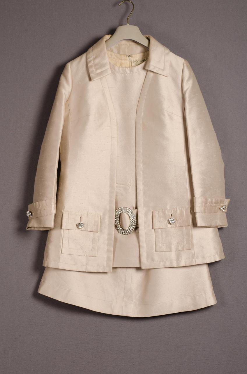Damesensemble bestaande uit jasje, hes en rok