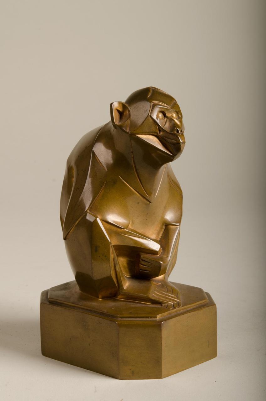 Sculptuur van zittende aap