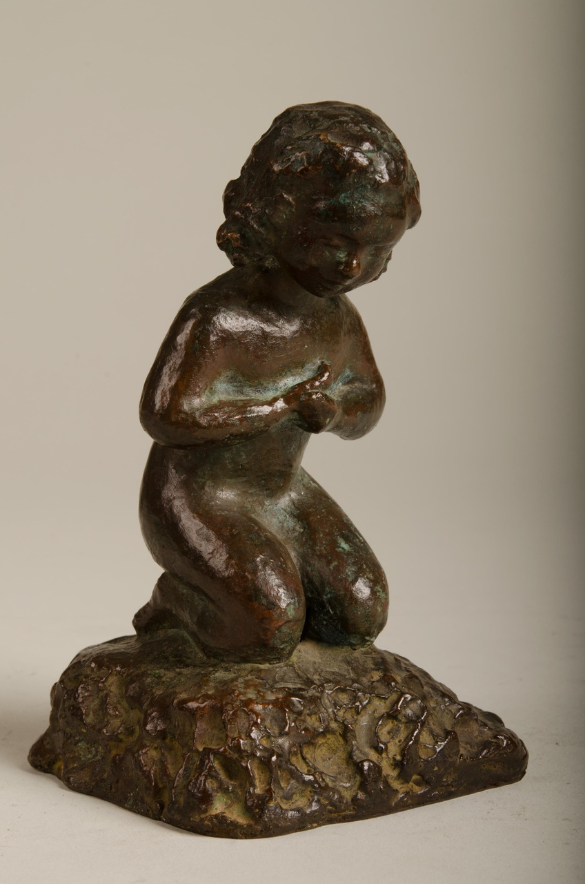 Sculptuur van knielend meisje