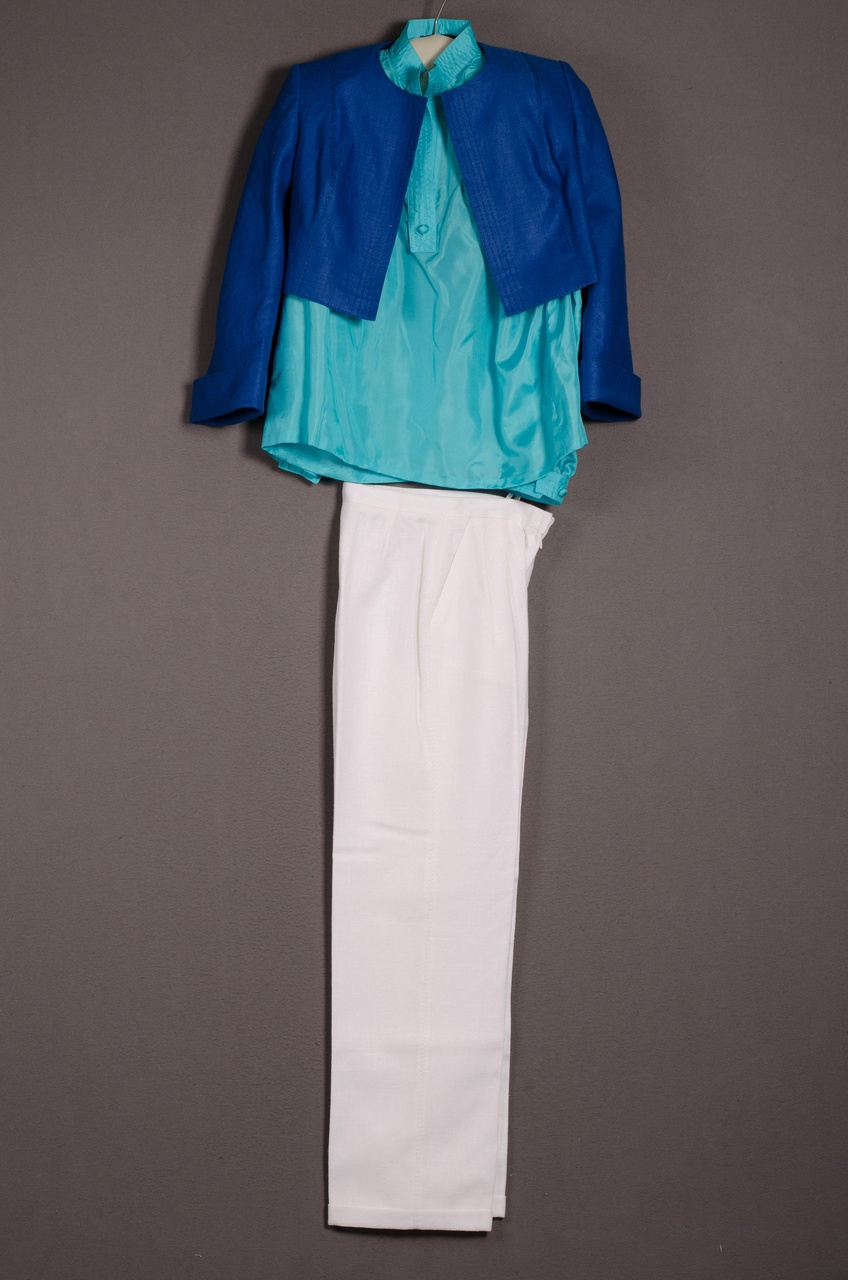 Damesensemble bestaande uit jas, blouse en broek