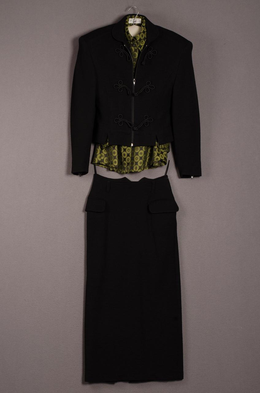 Damesensemble bestaande uit jas, rok en blouse