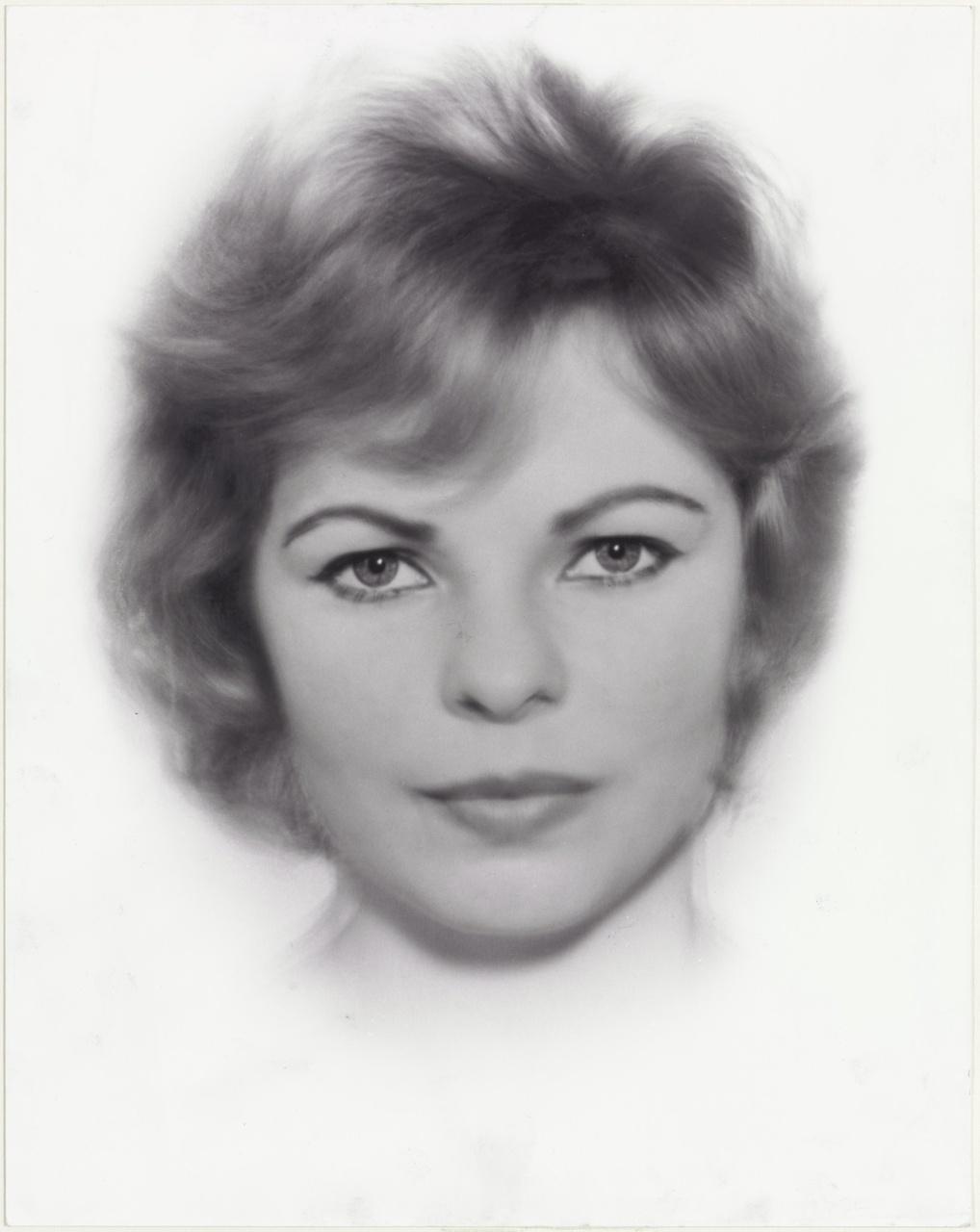 Hilde de B. Gemiddeld portret, circa 16 foto's