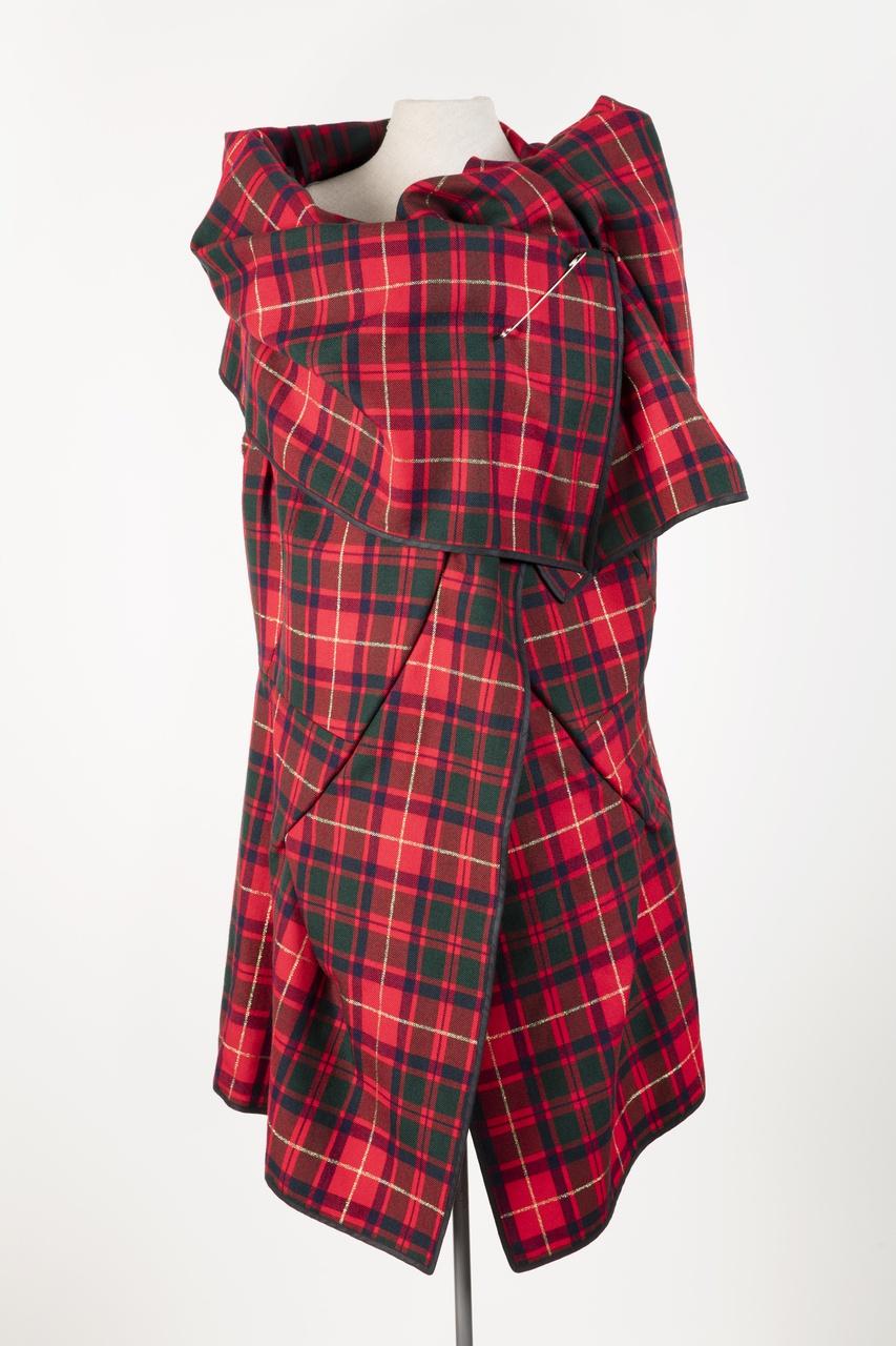 Damesensemble bestaande uit top/omslagdoek en korte broek