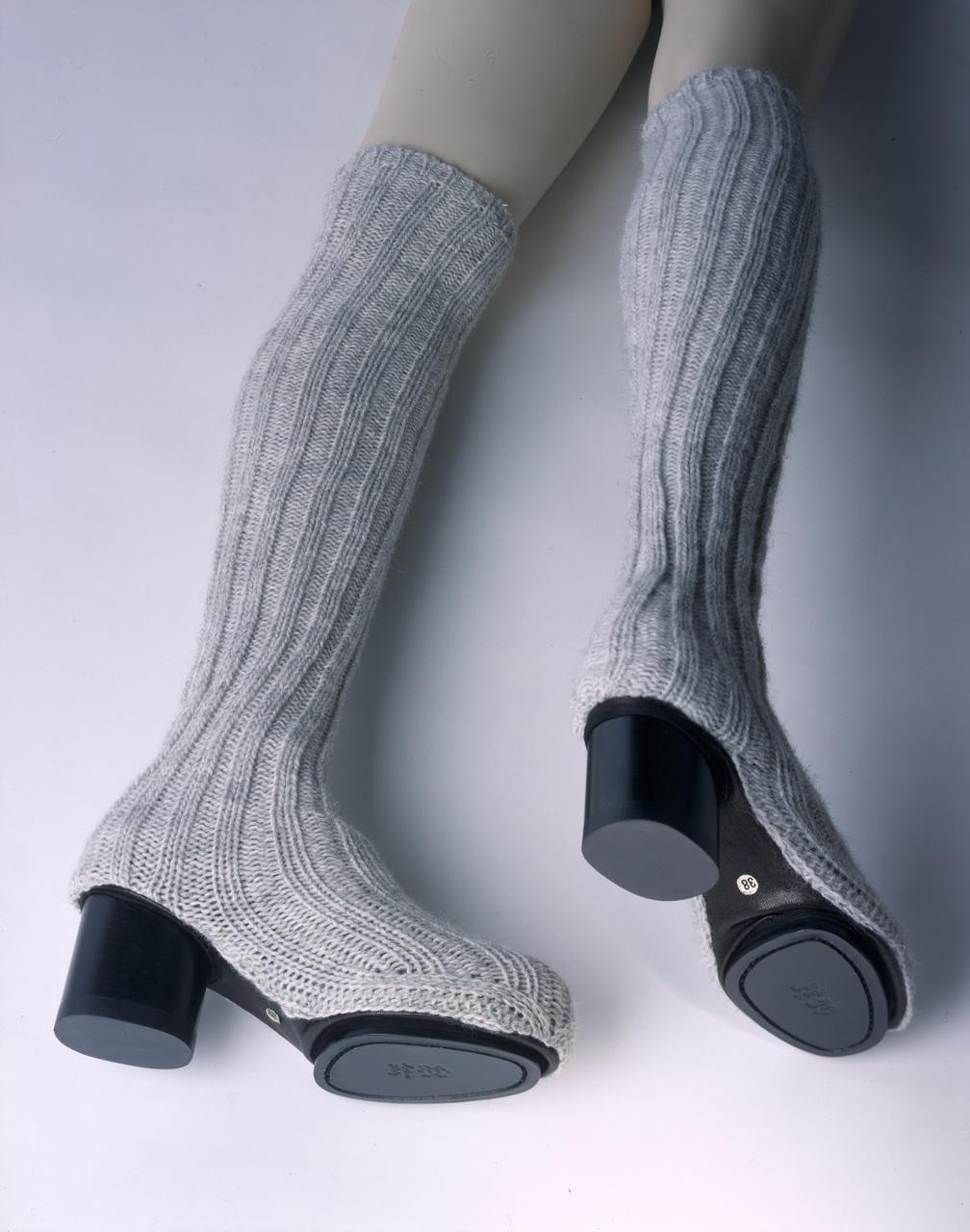 Paar damesschoenen met slobkousen