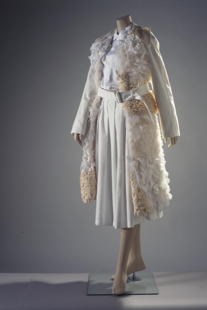 Damesensemble bestaande uit blouse, rok en trenchcoat
