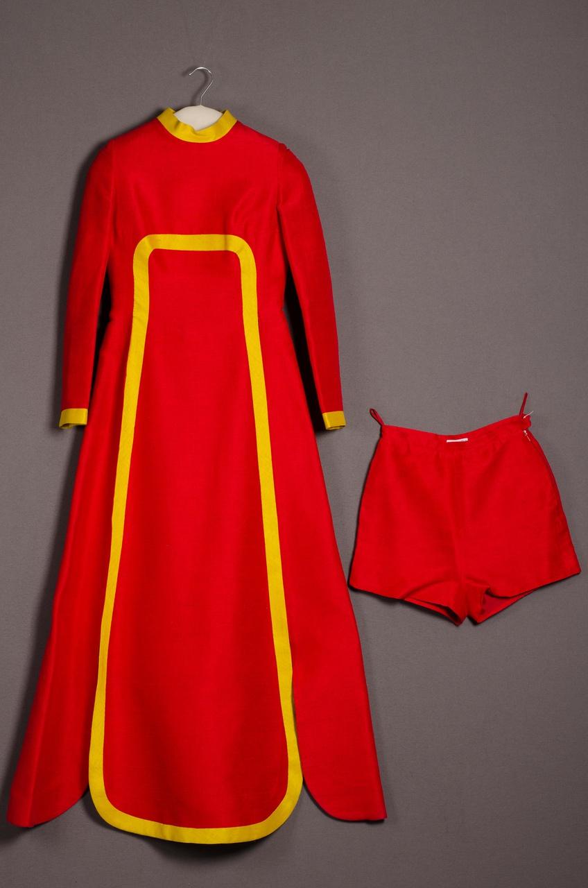 Damesensemble bestaande uit tuniek en hotpants