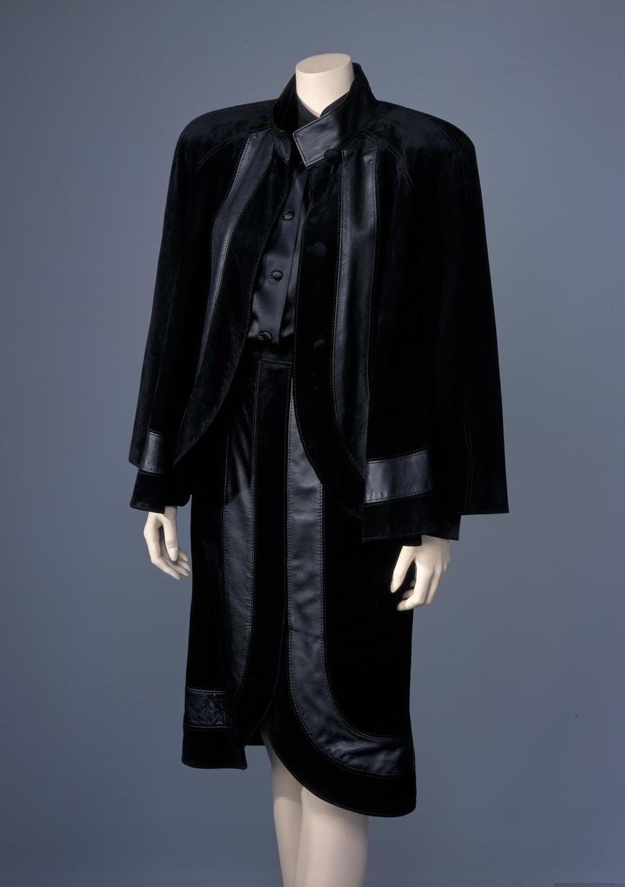 Damesensemble bestaande uit blouse, rok, broek en jasje