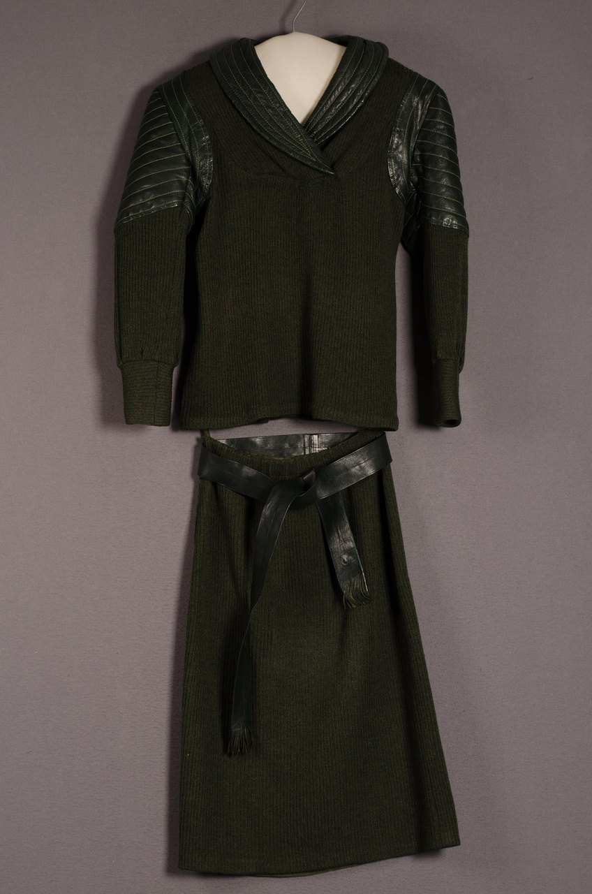 Tweedelig damesensemble bestaande uit jasje en rok