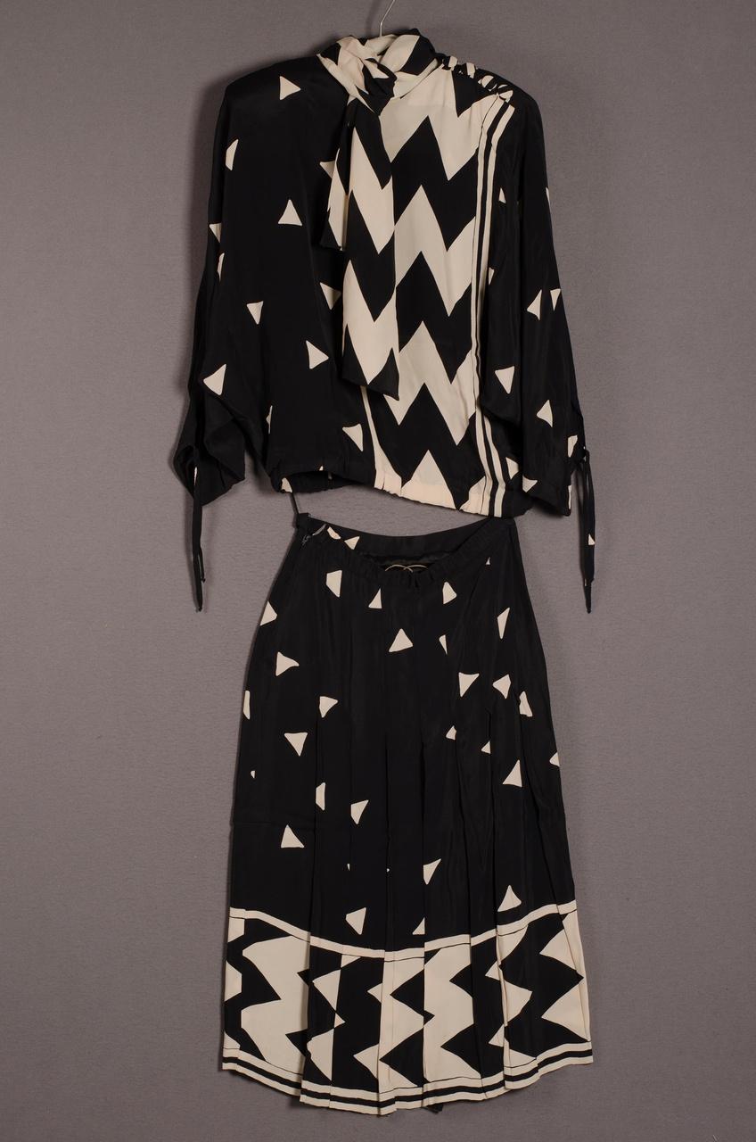 Damesensemble bestaande uit blouson, rok en sjaal