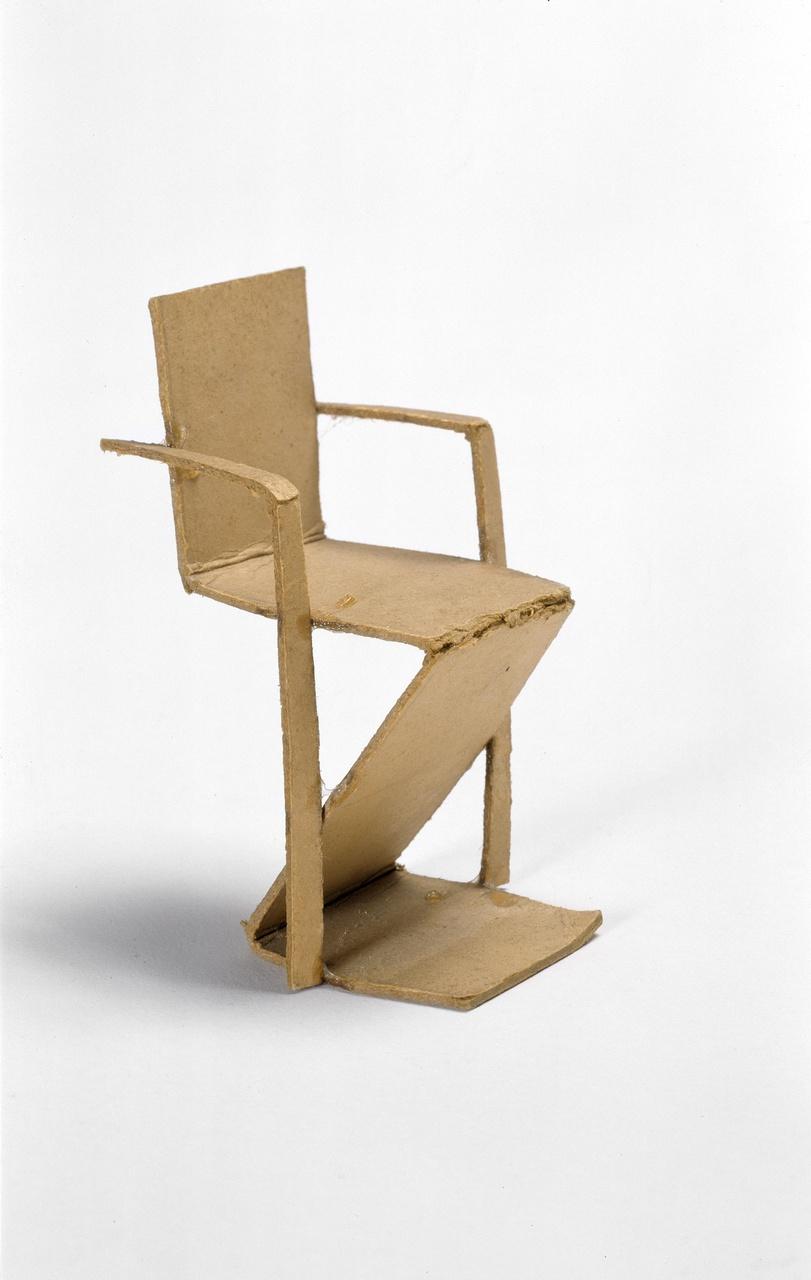 Model van zigzag stoel met armleggers