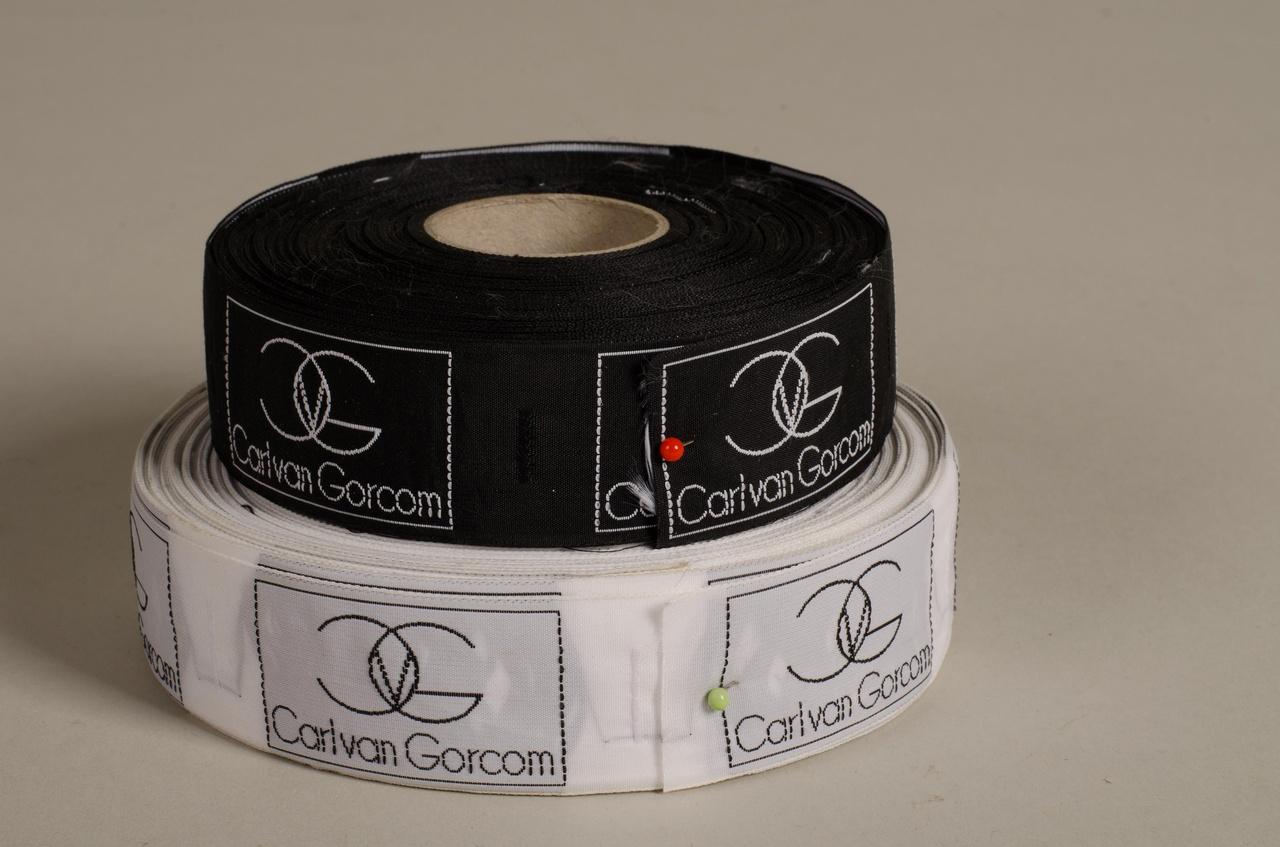 Twee rollen labels behorend bij kleding Carl van Gorcom