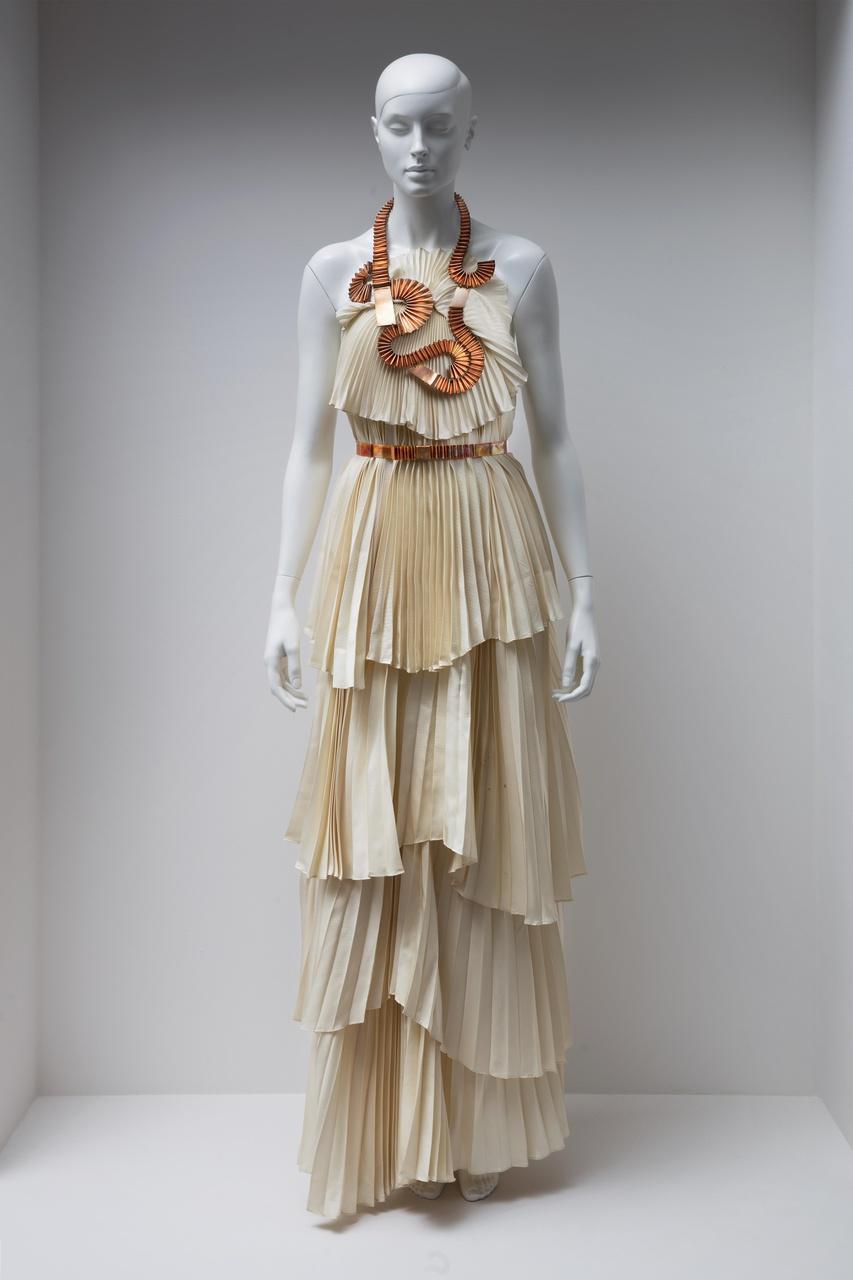 """Lange jurk met halssieraad en ceintuur uit de collectie """"Blanco"""""""