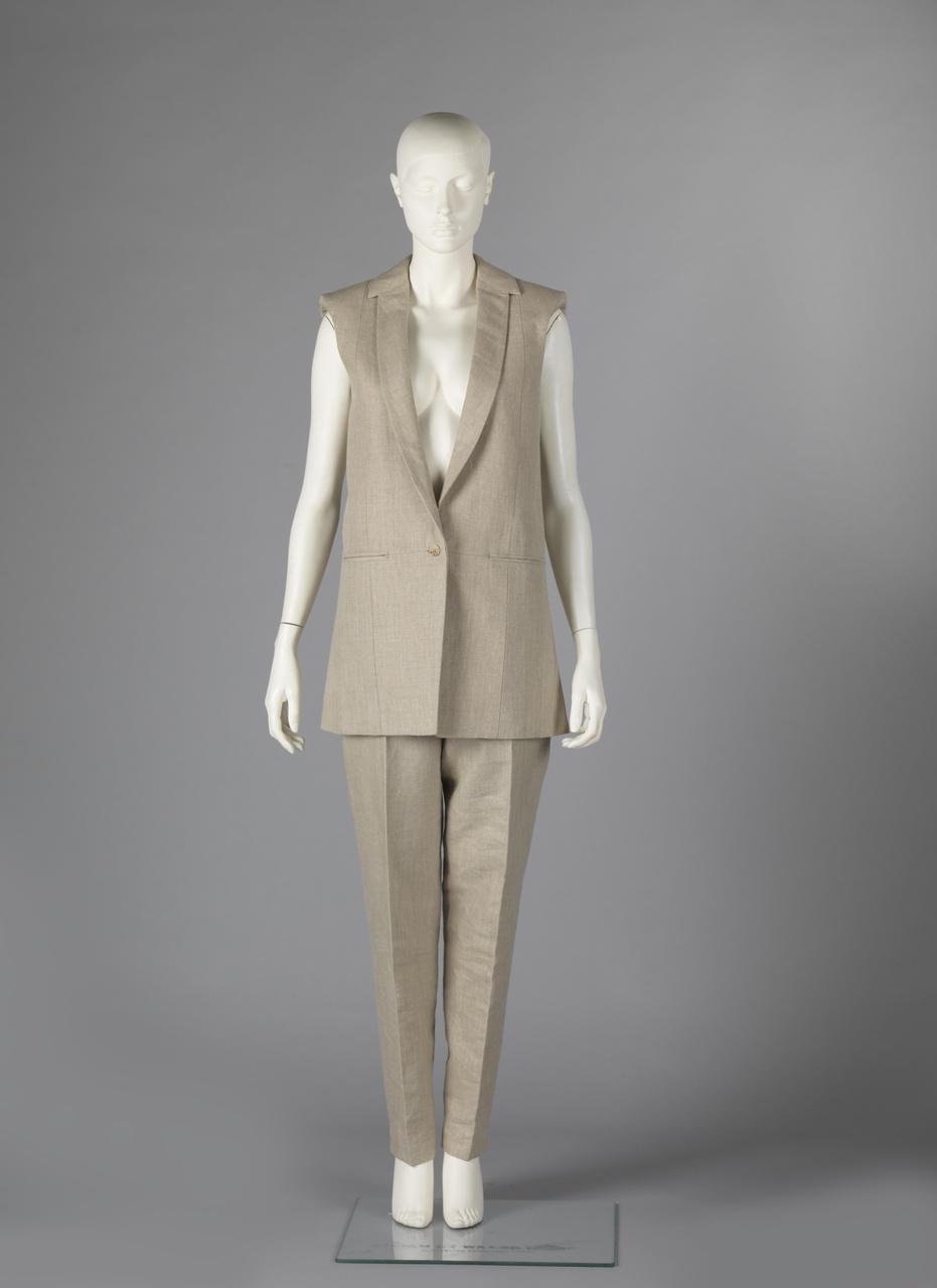 """Mouwloos jasje, broek en collier uit de collectie """"Complementair"""""""