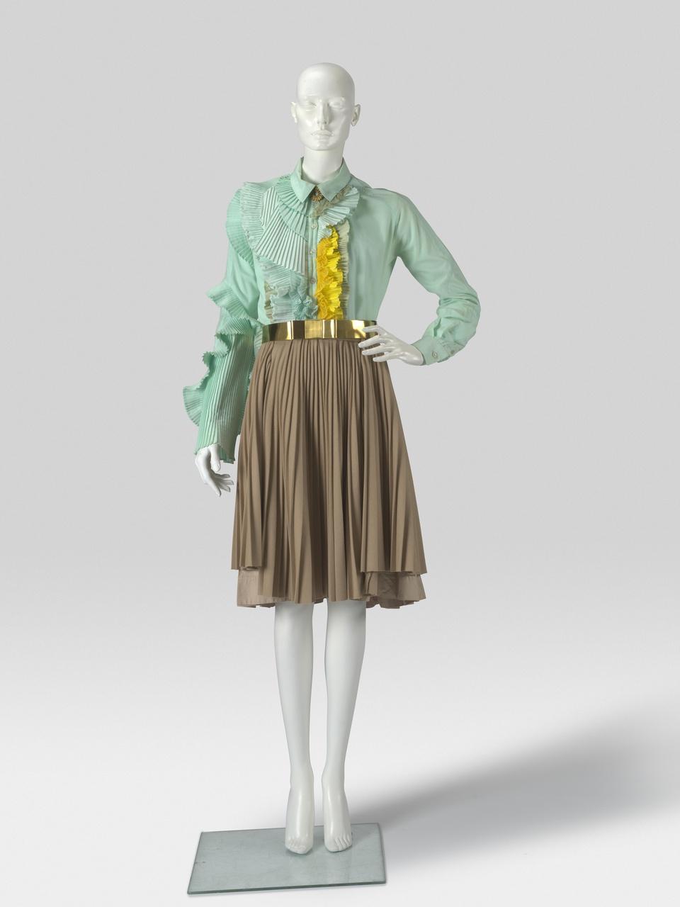 Groene blouse met beige plissé rok