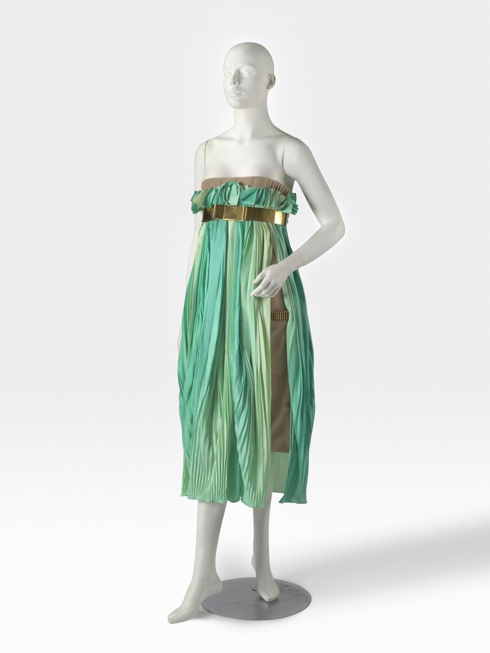 Beige strapless jurk met groene plissé en ceintuur