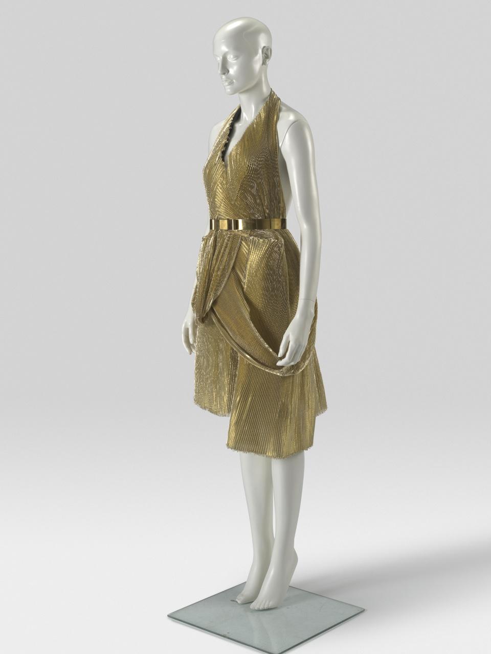 Gouden geplisseerde jurk met ceintuur