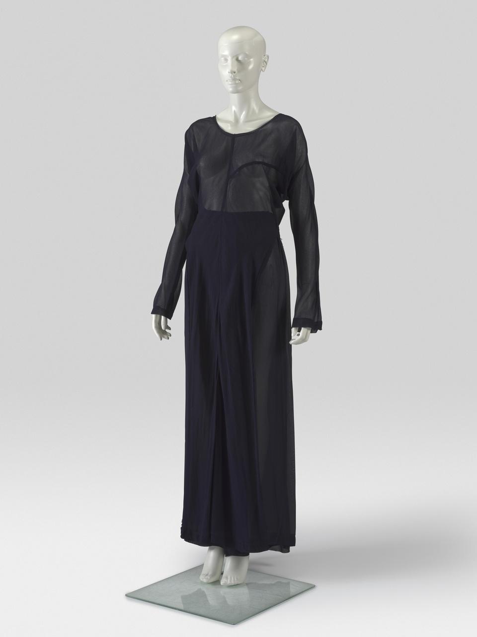 Donkerblauw ensemble bestaande uit broek en top