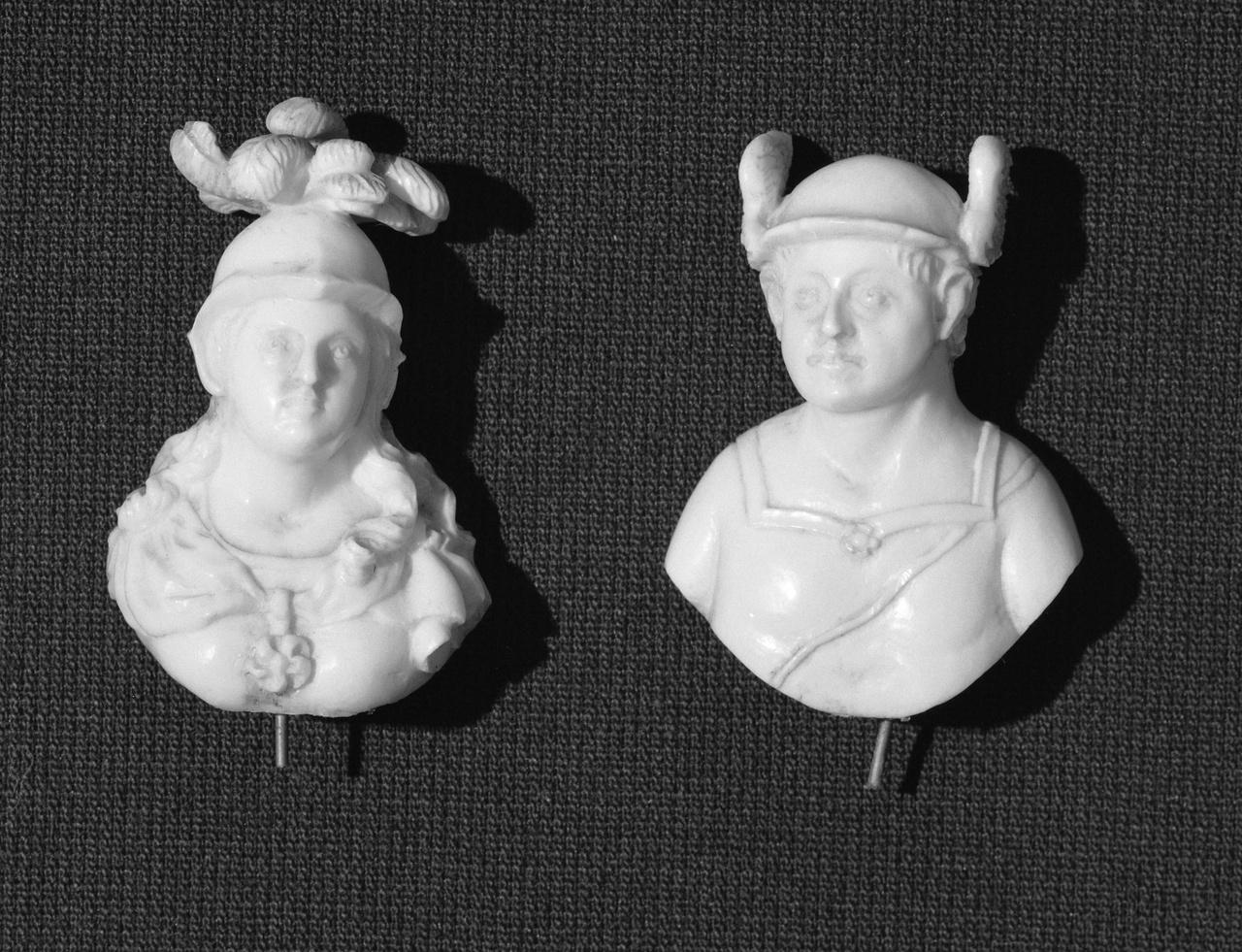 Twee borstbeelden van Minerva en Mercurius