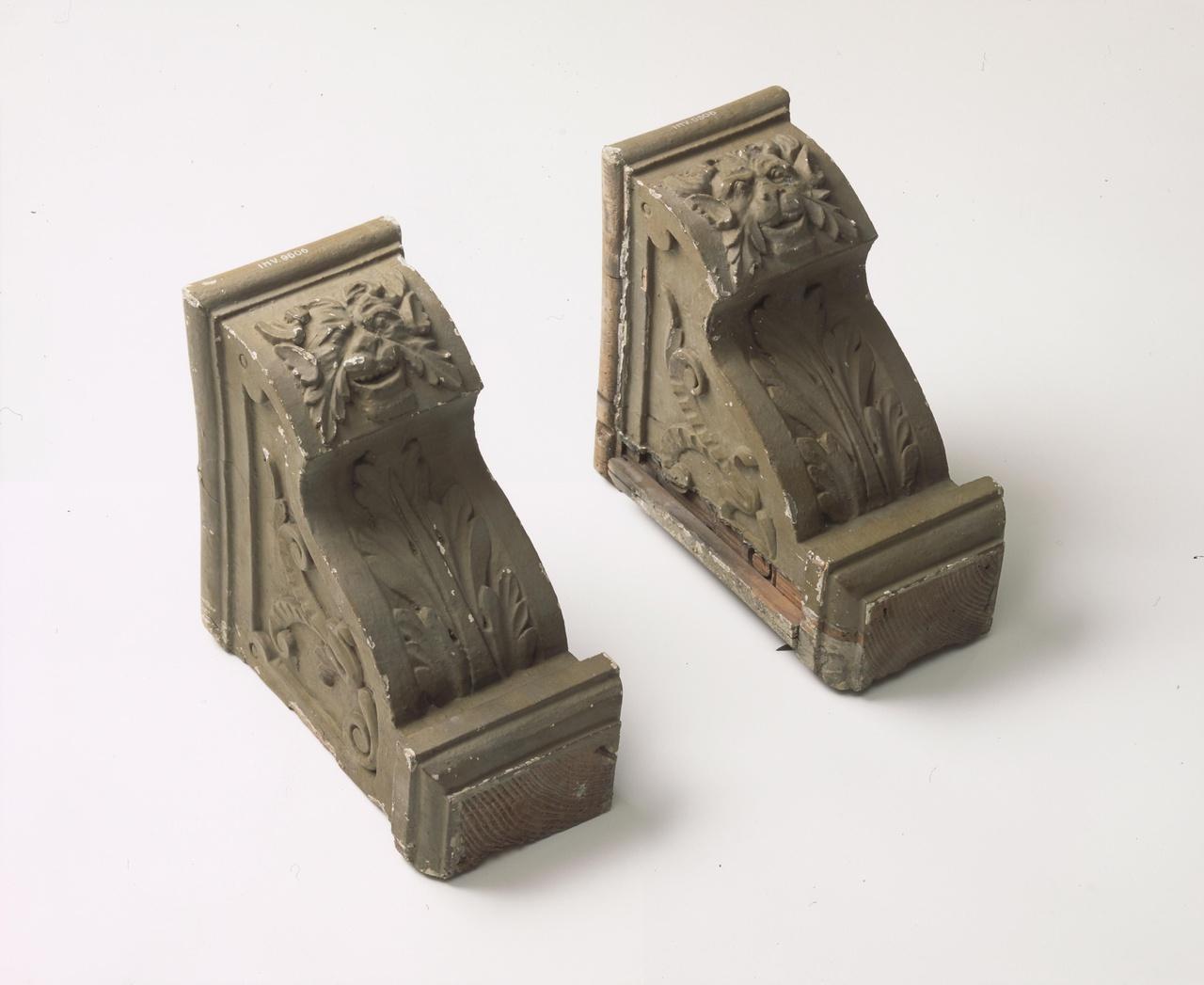 Twee consoles van een schoorsteenfries