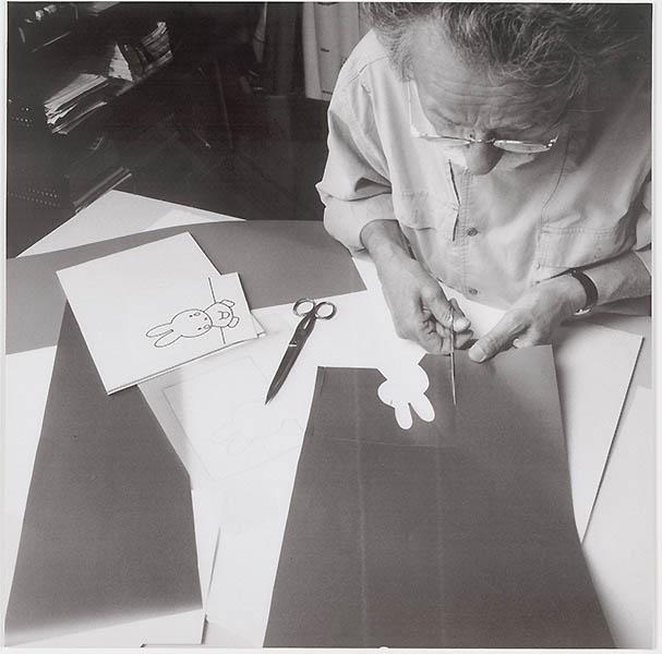 Dick Bruna aan het werk (serie van het ontwerpproces voor een tekening van Nijntje, fotograaf: Ernst Moritz, print 8/13)