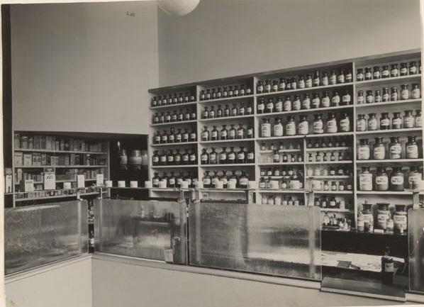 Afbeelding van apotheek Birza, toonbank, ca.1931