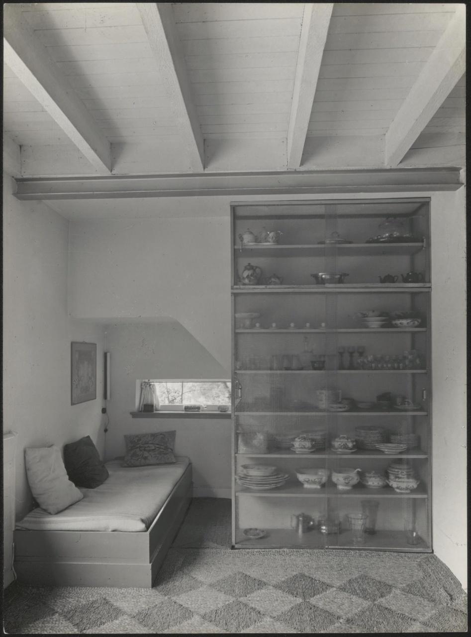 Afbeelding van interieur Charley Toorop, ca.1931, rusthoek met vitrinekast