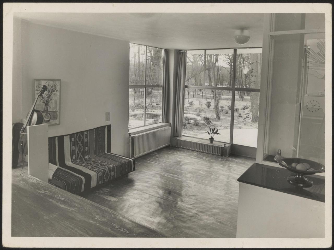 Afbeelding van woning Hillebrand, interieur woonkamer met hoekramen zonder losse meubels