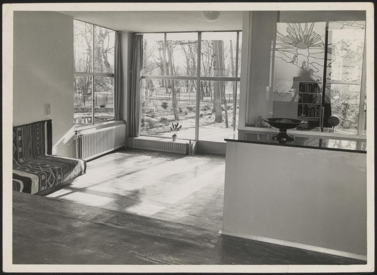 Afbeelding van woning Hillebrand, interieur woonkamer zonder losse meubels, met zonneschijn