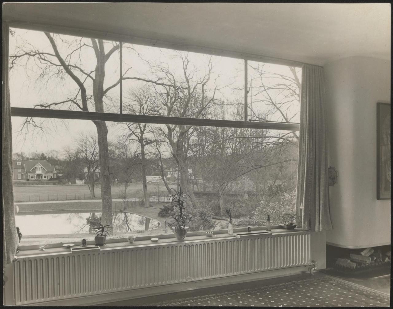 Afbeelding van woonkamer in de 'Vijverhof', ca.1937, raam met uitzicht