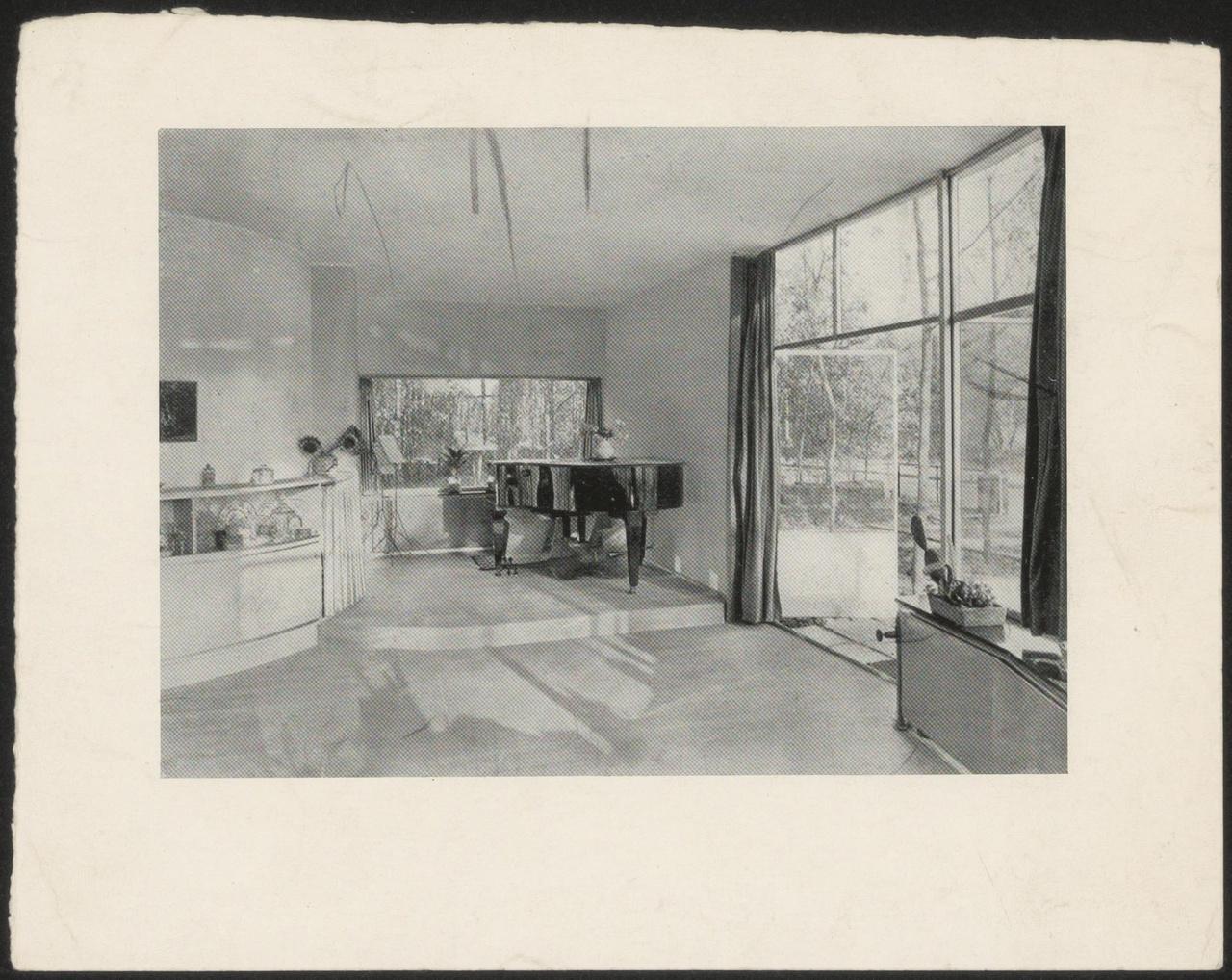 Afbeelding van woning Mees, interieur met piano en open deuren