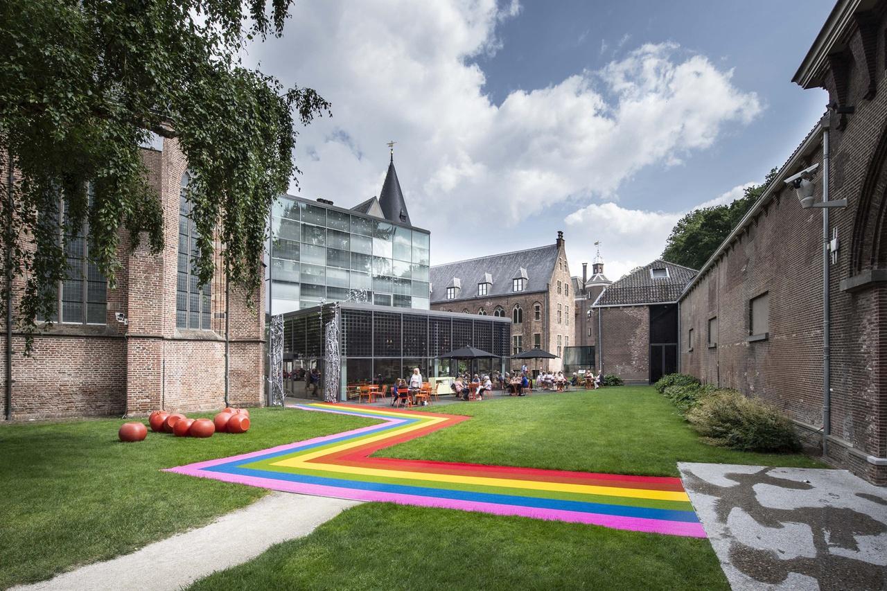 Regenboogzebrapad in de museumtuin, 2018