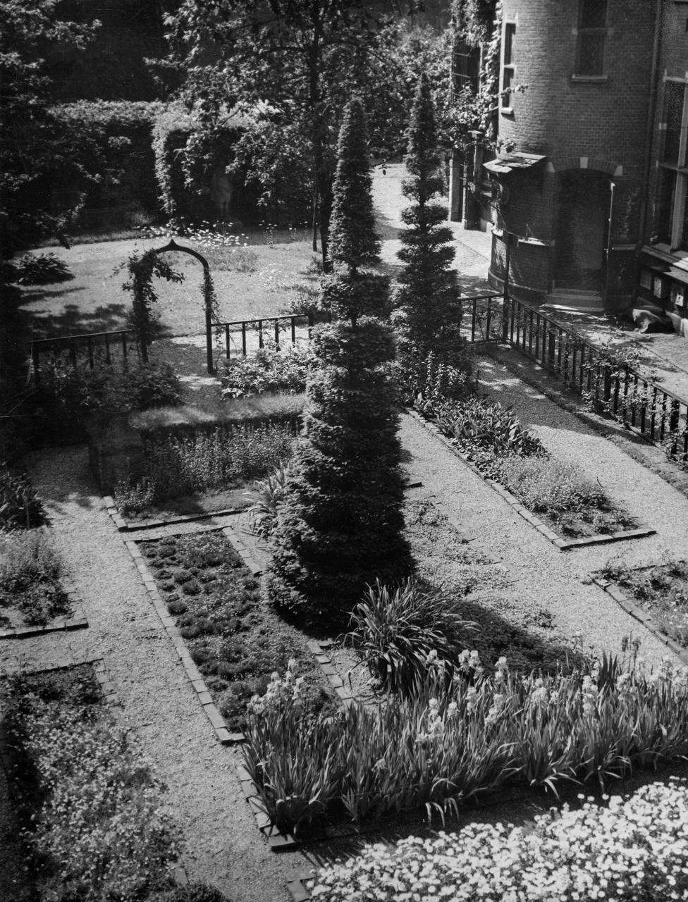 3/11 - Spiraalbomen in de neo-middeleeuwse tuin in 1949.