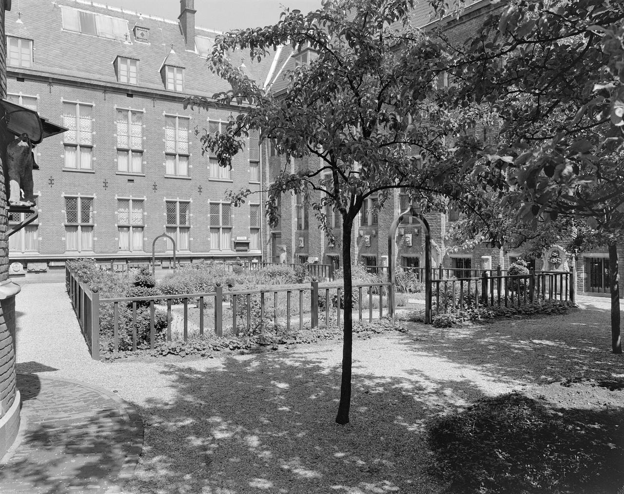 5/11 - De neo-middeleeuwse tuin in 1974.
