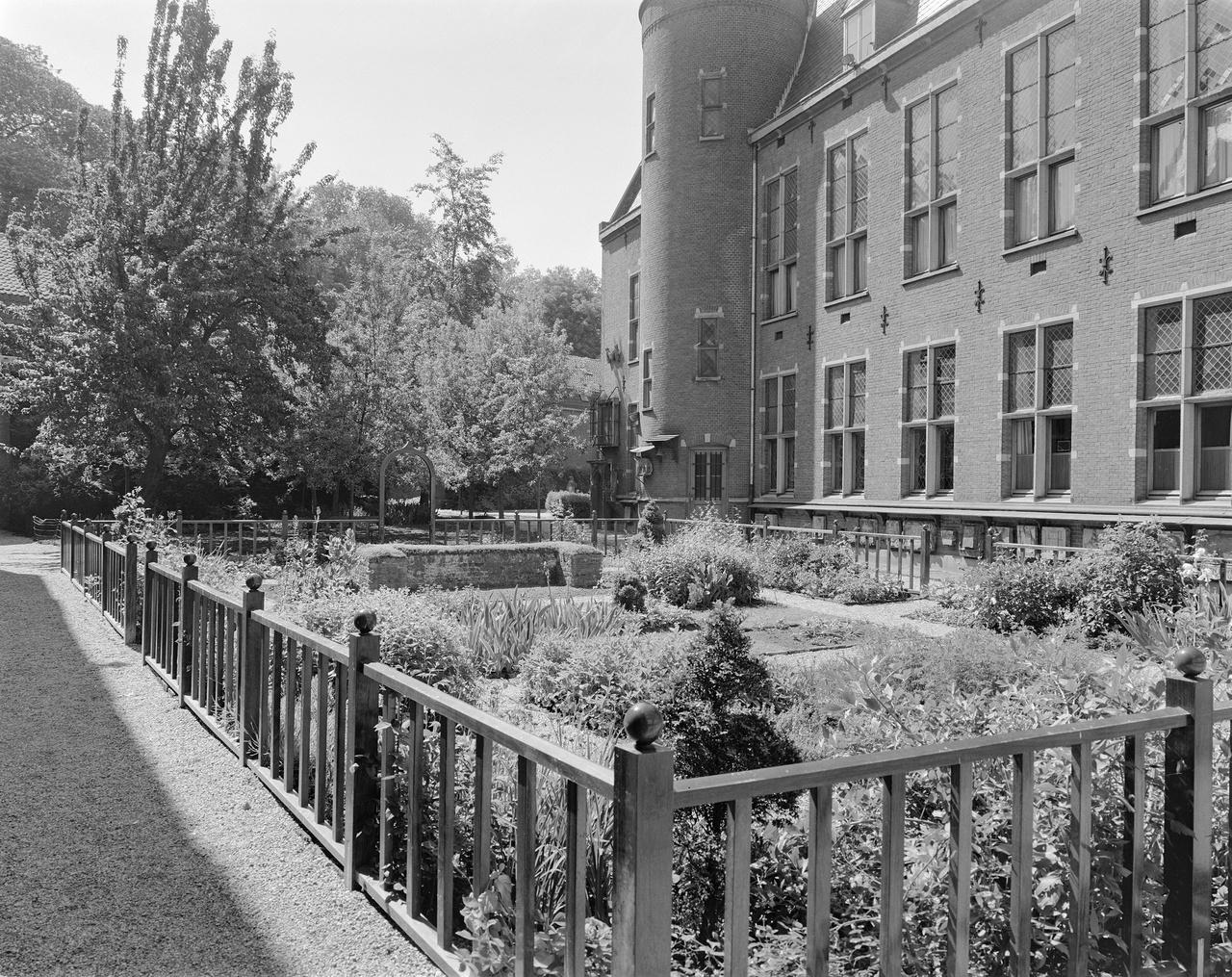 6/11 - De neo-middeleeuwse tuin in 1974.