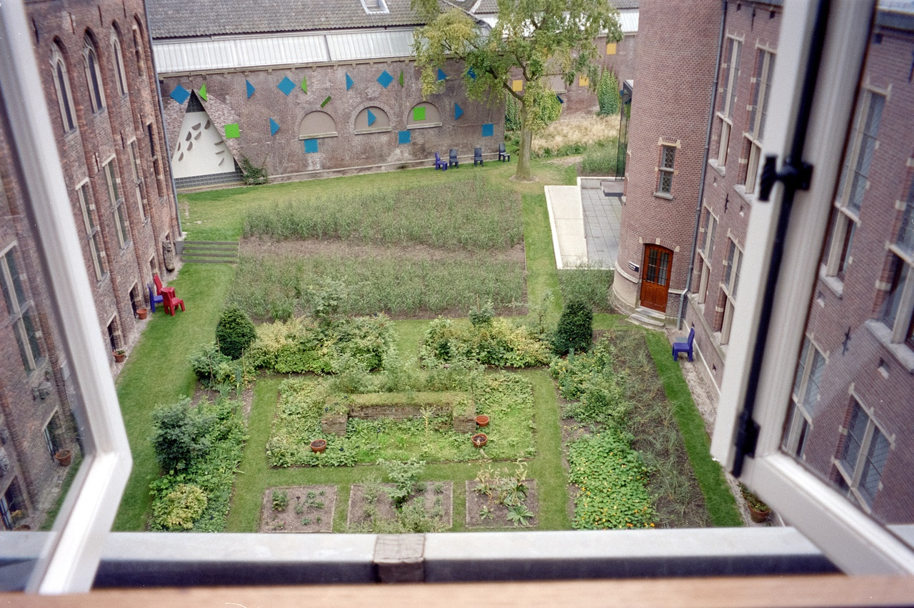 7/11 - De neo-middeleeuwse tuin en de grassentuin in 2000, gezien vanuit het museum.