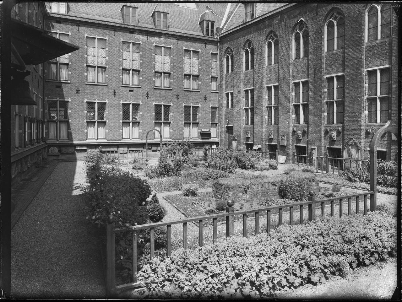 1/11 - De neo-middeleeuwse tuin met zodenbank in 1974.