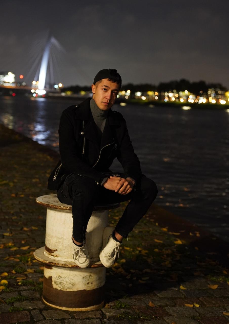 1/13 - Amin Rahimi, Het kanaal, Kanaleneiland. 'Hier kom ik vaak, ik vind het een fijne plek, het geeft me rust.'