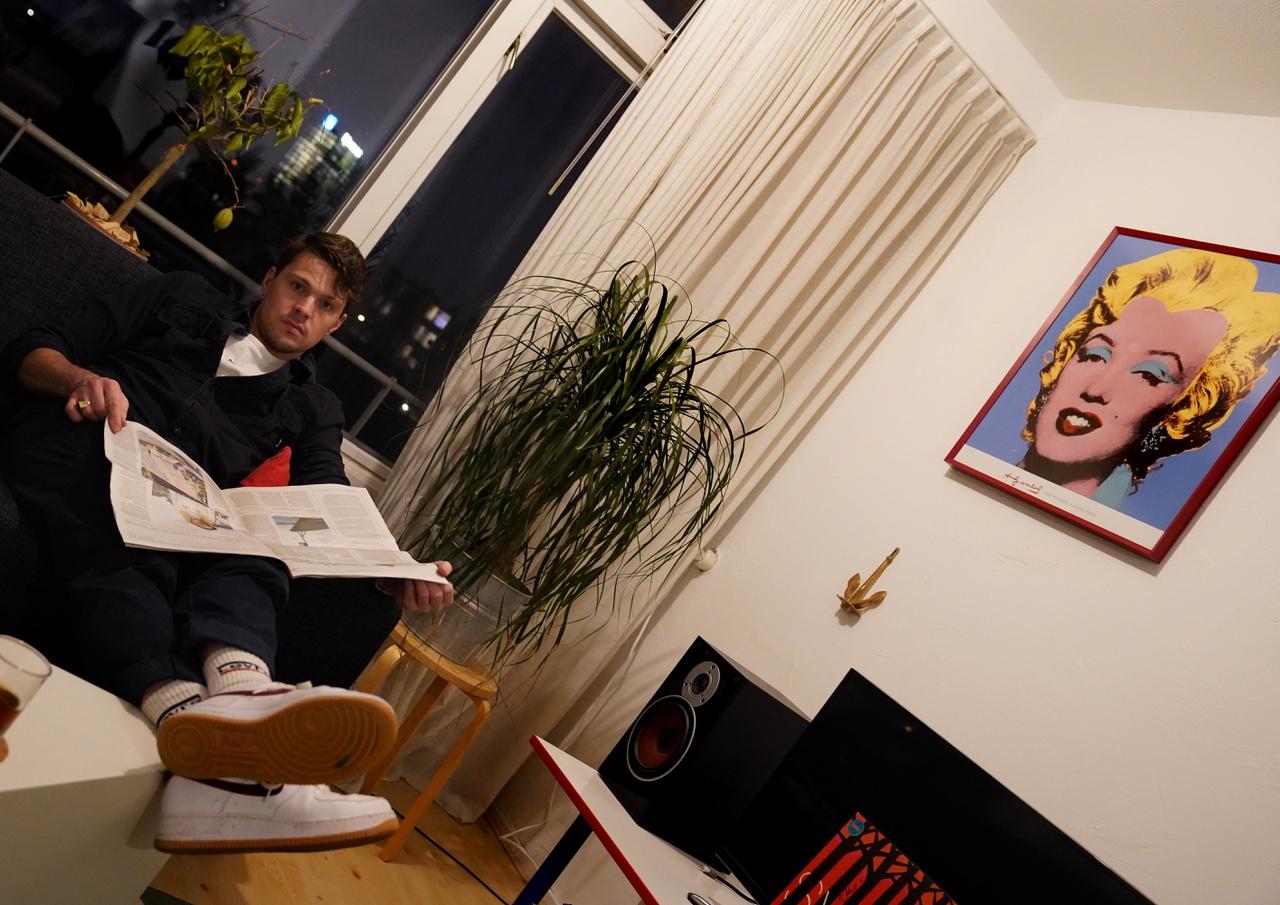 10/13 - Jan Willem Tigchelaar (de drummer), thuis, Kanaleneiland. 'Dit is mijn woonkamer. Ik heb erg mijn best gedaan om het hier gezellig te maken zodat ik mij er altijd thuis voel. Deze woonkamer, dat ben ik.'