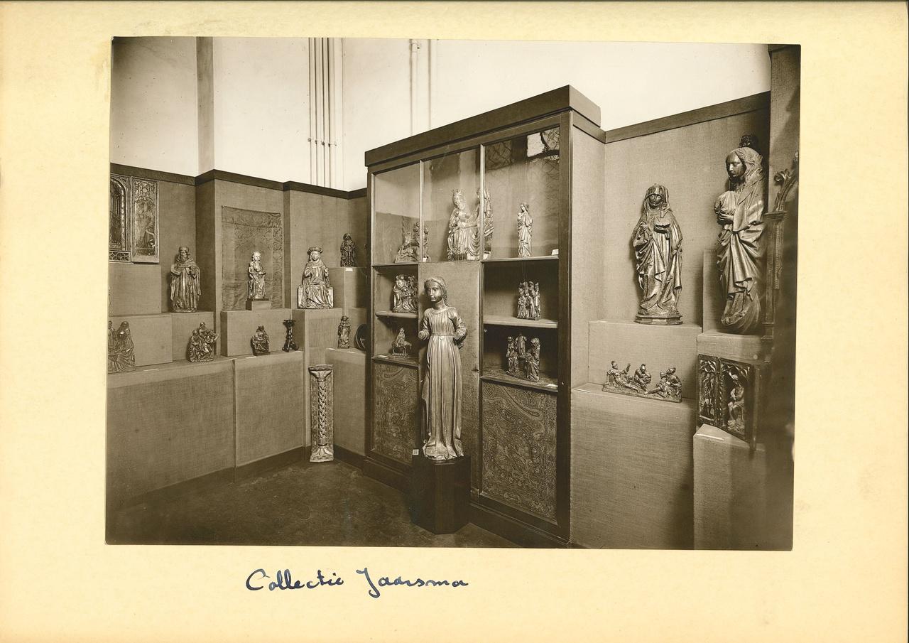 13/13 - Middeleeuwse houtsculpturen uit de collectie van Menno Jaarsma in het Aartsbisschoppelijk Museum in 1931. Bron: Museum Catharijneconvent.