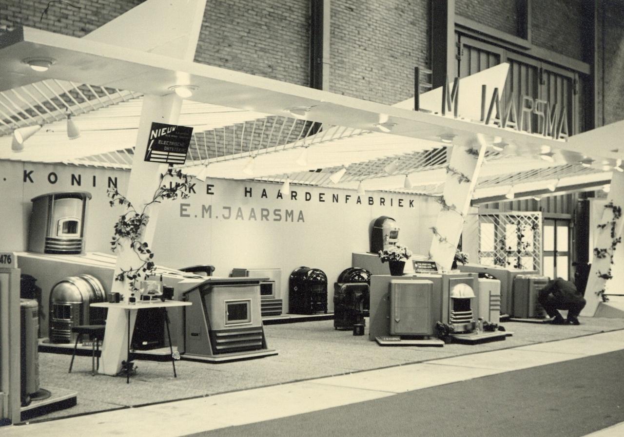 12/13 - De toonkamer van de fabriek in Hilversum in 1960. Bron: Gooienvechthistorisch.nl.
