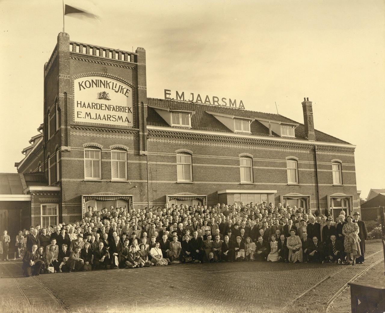 11/13 - Het personeel voor het gebouw van E.M. Jaarsma in 1958. Bron: Gooienvechthistorisch.nl.